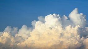 Himmel mit blauer und gelber Wolke am Morgen Lizenzfreie Stockfotografie