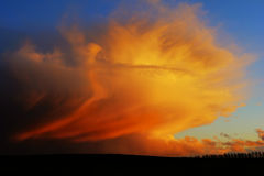Himmel mit drastischen Wolken Lizenzfreies Stockbild