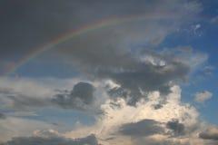 Himmel mit einem Regenbogen Stockbild