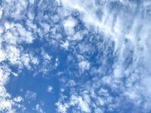 Himmel mit etwas Wolkenhintergrund-Mobilephotographie Lizenzfreie Stockbilder