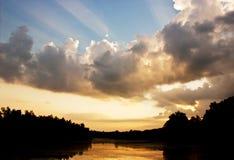 Himmel mit Fluss und Farbe des Sonnenuntergangs Stockfotografie