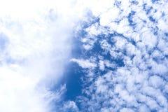 Himmel mit Gruppe Wolken Stockbilder