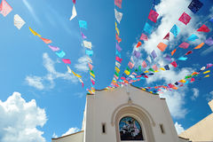 Himmel mit Kirchenfeierflaggen Lizenzfreie Stockbilder