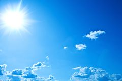 Himmel mit Sonne Stockbild