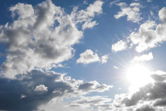 Himmel mit Sonne und Wolken Lizenzfreies Stockbild