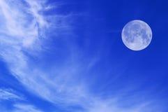 Himmel mit weißen Wolken und Mond Lizenzfreies Stockfoto