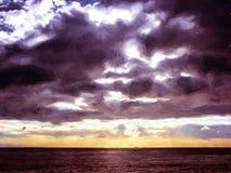 Himmel mit Wolken über dem Meer Stockbild