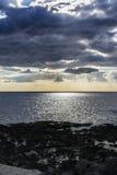Himmel mit Wolken über Schwarzem Meer bei Giardini-Naxos, Sizilien, Italien Lizenzfreies Stockfoto