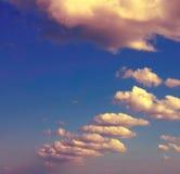 Himmel mit Wolken Abbildung der roten Lilie Stockfoto