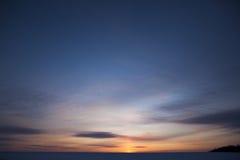 Himmel mit Wolken am Abend Stockbild