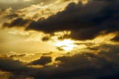 Himmel mit Wolken am Sonnenuntergang Lizenzfreies Stockfoto