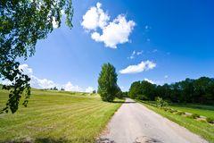 Himmel mit Wolken und dem grünen Feld Stockbild