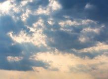 Himmel mit Wolken und Sonne Stockfotos