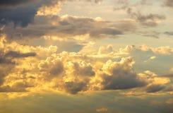 Himmel mit Wolken und Sonne Lizenzfreie Stockfotos