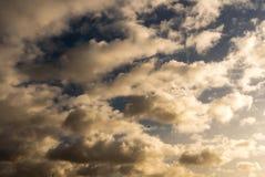Himmel mit Wolken und Sonne Lizenzfreies Stockfoto