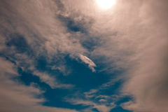Himmel mit Wolken und Sonne hinten lizenzfreie stockfotografie