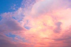 Himmel mit Wolken und Sonnenuntergang Stockbilder