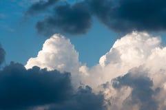 Himmel mit Wolken und Wolken Lizenzfreies Stockbild