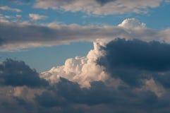 Himmel mit Wolken und Wolken Stockbild