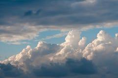 Himmel mit Wolken und Wolken Lizenzfreie Stockbilder