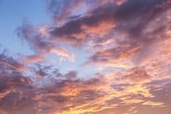 Himmel mit Wolken während des Sonnenuntergangs Stockfotos