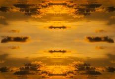 Himmel mit Wolkensturm und Farbe des Sonnenuntergangs Lizenzfreie Stockfotografie