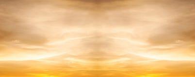 Himmel mit Wolkensturm und Farbe des Sonnenuntergangs Lizenzfreies Stockbild