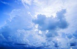 Himmel mit Wolkensturm und Farbe des Sonnenuntergangs in der Dämmerung Lizenzfreies Stockfoto
