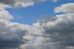Himmel mit wunderbaren Wolken lizenzfreie stockfotos