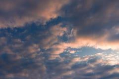 Himmel moln färgade med rosa färger på solnedgången arkivbilder