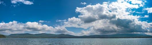 Himmel mycket av moln över med det Fuji berget beneath Fotografering för Bildbyråer