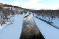 Himmel- och Ð-¾en бД ака reflekteras i floden stark sundownwind för abstrakt Arkivfoto