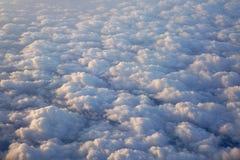 Himmel och fluffiga moln som tas från flygplanfönster Royaltyfri Fotografi