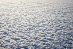 Himmel och fluffiga moln som tas från flygplanfönster Royaltyfria Bilder