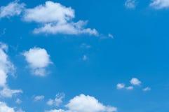 Himmel och fluffigt moln arkivbilder