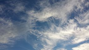 Himmel och härliga moln arkivbilder