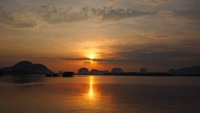 Himmel och hav för reflexionssoluppgång orange på Phang Nga, Thailand Arkivbilder