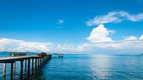 Himmel och hav med den wood bron Arkivbilder
