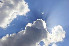Himmel och moln för solljus blå Arkivfoto
