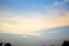 Himmel och moln i aftonen Fotografering för Bildbyråer