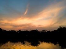 Himmel och moln i dagtidlandskap på soluppgång Arkivbild