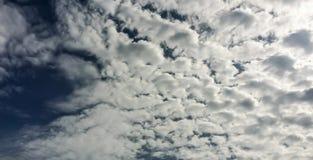 himmel och moln med naturen Arkivbilder