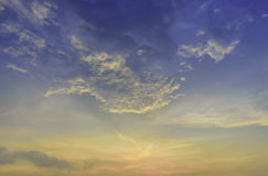 Himmel och moln på skymningtid Arkivfoton