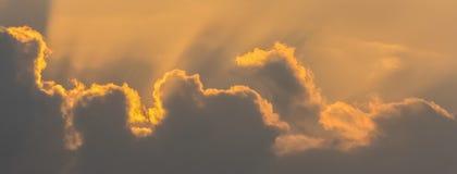 Himmel och moln på solnedgången Arkivbilder
