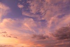 Himmel och moln på solnedgången Arkivfoton