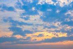 Himmel och moln på solnedgångtiden arkivbilder