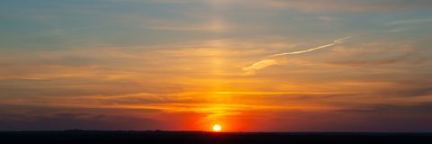 Himmel och moln under solnedgång royaltyfria bilder