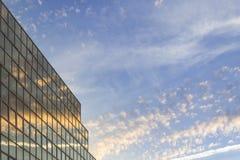 Himmel och reflex för solnedgång mjuk molnig i modern byggnad royaltyfria foton