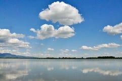 Himmel och sjön, en härlig sikt av molnen ovanför sjön arkivfoton