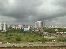 himmel och väg och byggnader, vehicals, stad, morgon, stad, trafik, gräsplan, träd Royaltyfri Foto